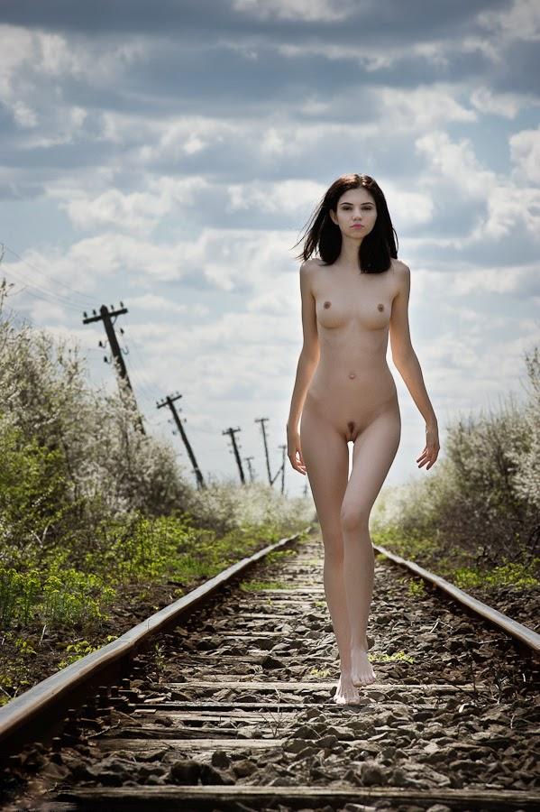 nude-girl-train-tracks